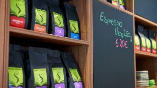 ein Regal mit verschiedenen Kaffeesorten