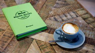 Eine Tasse Kaffee und eine Menükarte des Cafes