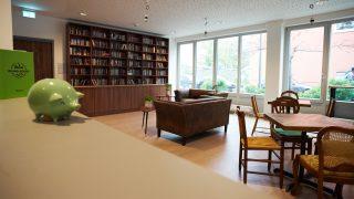blick ins Cafe mit Sicht auf ein Bücherregal